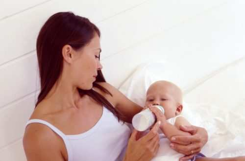 Кормление новорожденного смесью