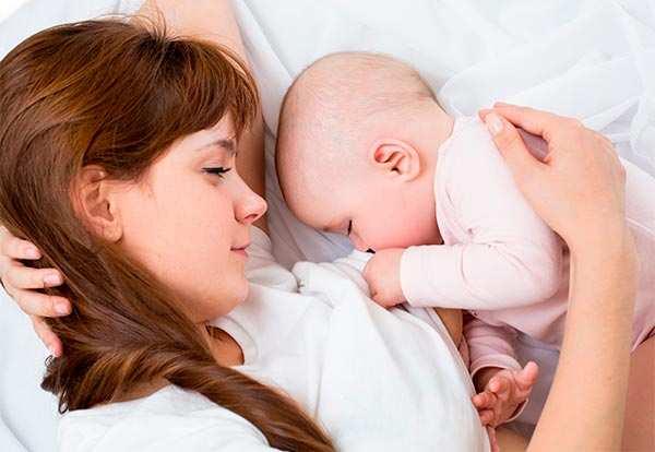ребенок засыпает во время грудного кормления