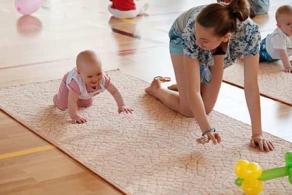 как научить ребенка ползать при помощи игрушки