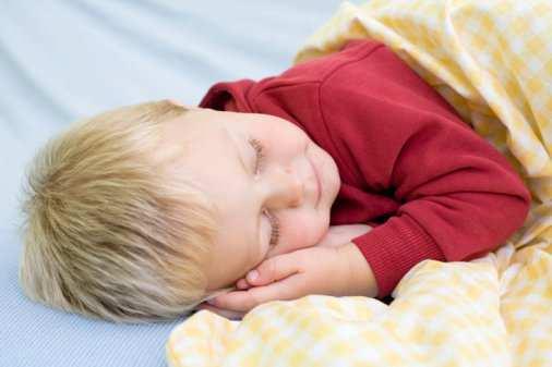 ребенок засыпает в кроватке