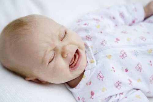 малыш беспокойно спит