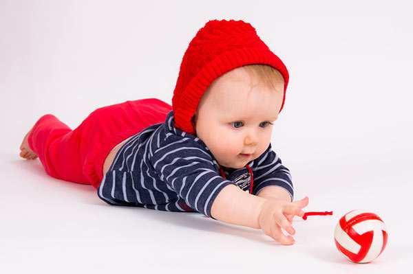 малыши начинают ползать в 5-6 месяцев