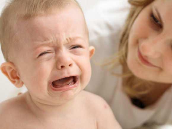 Капризничает, плачет