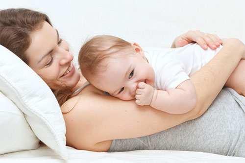 малыш засыпает с мамой