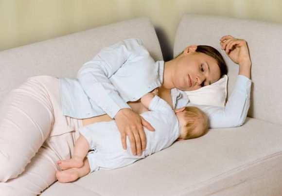 Как правильно приложить к груди младенца