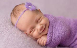Почему младенцы часто улыбаются во сне, причины и когда нужна консультация врача