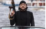 Киркоров проплыл по каналам Петербурга с автоматом в руках