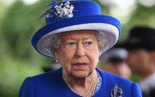 Какую фамилию носит английская королева?