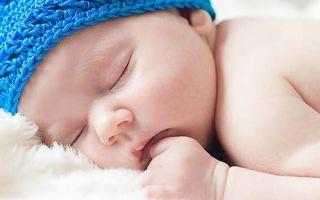 Почему грудничок может вздрагивать во сне или когда засыпает, что делать