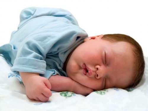 грудничок запрокидывает голову во сне