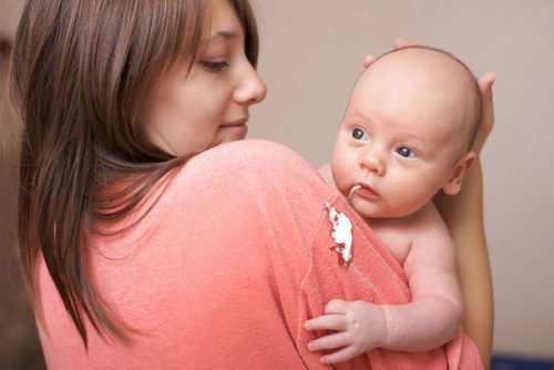 новорожденный срыгивает после кормления
