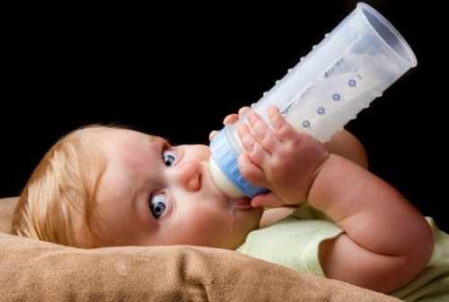 Перед кормлением надо подогреть молоко