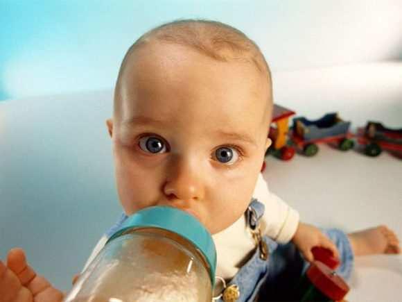 Как поить маленьких детей
