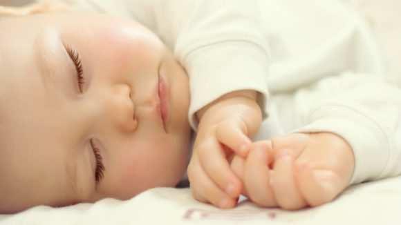 Лучше всего укладывать ребенка спать на боку