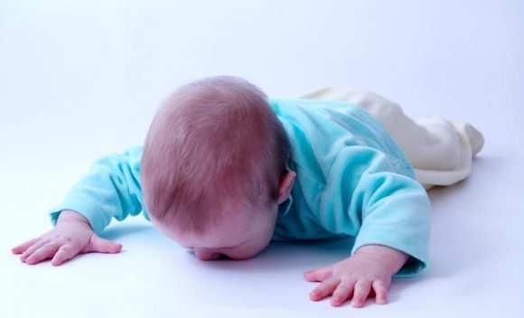 Ребенок 6 месяцев упал с кровати или дивана