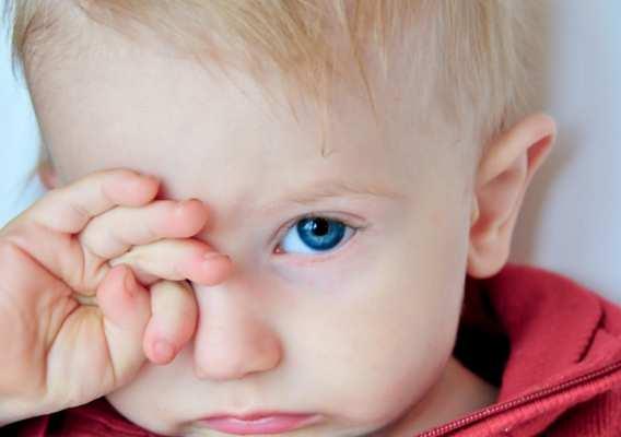 малыш трет глазки
