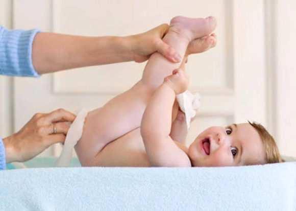 малыш опорожняет кишечник