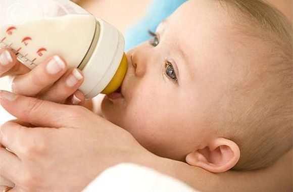 Что делать, если грудничок мало ест грудного молока и не просит больше