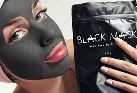 black mask упаковка в руке девушке