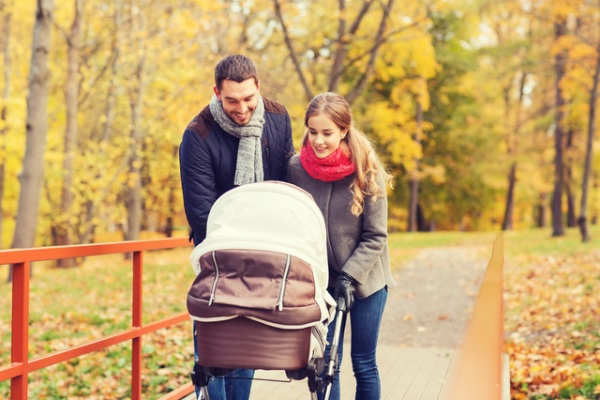 мама с папой гуляют с ребенком