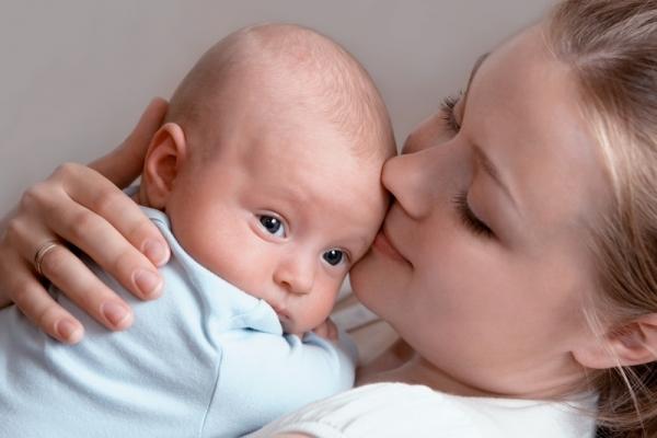 мама целует грудничка