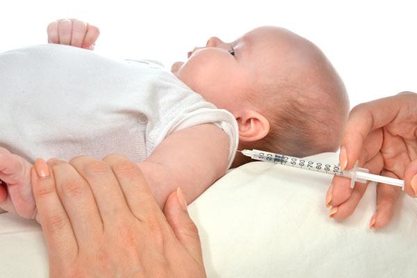 ребенку делают прививку акдс