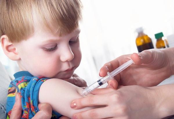 ребенку делают прививку Превенар