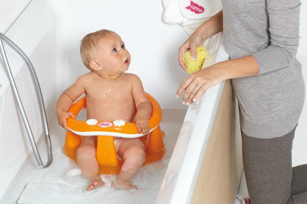 мама купает малыша в ванной