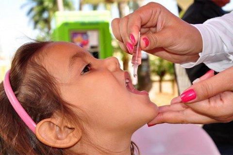 девочке делают прививку от полиомиелита