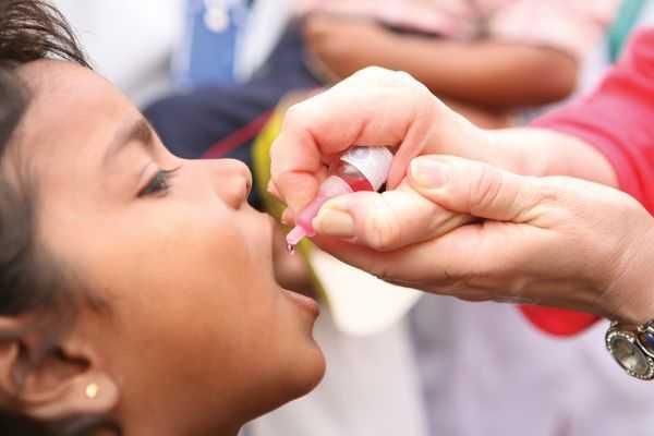 ребенку капают вакцину