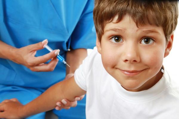мальчику делают прививку акдс