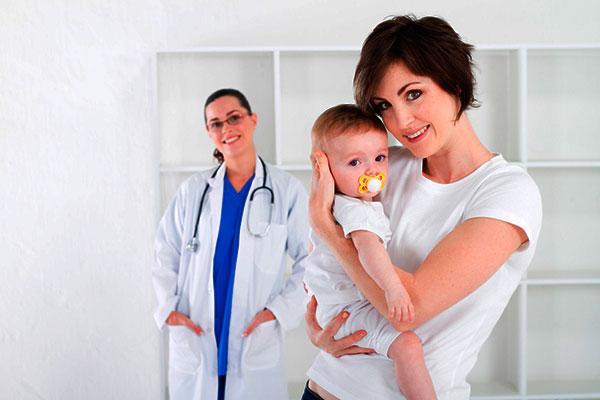 мама с ребенком у детского врача