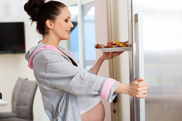 беременная с едой
