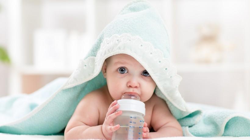 малыш и бутылка