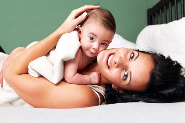 мама с ребенком на кровати