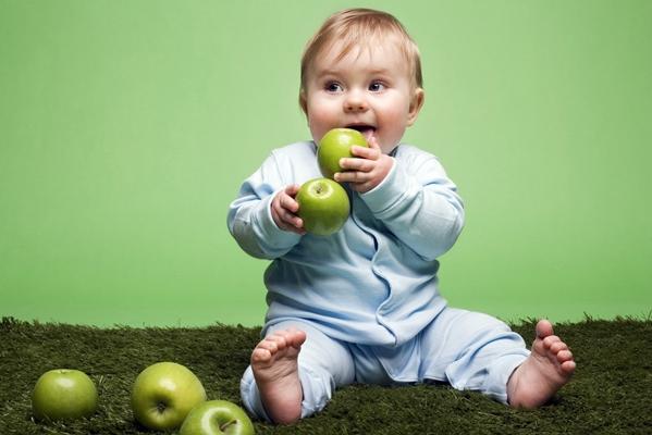 грудничок кушает зеленые яблоки