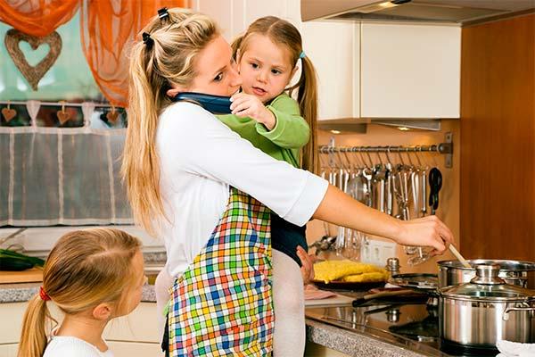 мама готовит с ребенком на руках