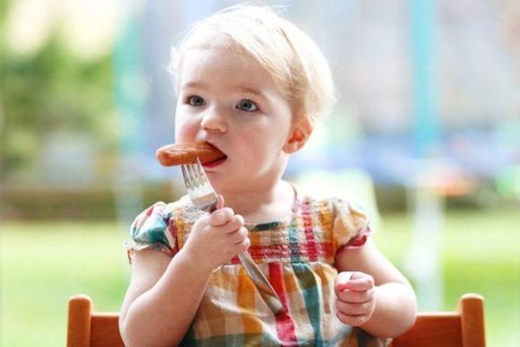 малышка ест мясо