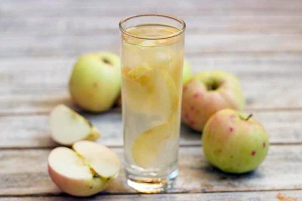 компот из яблок в стакане