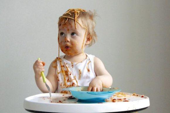 девочка с макаронами за столом