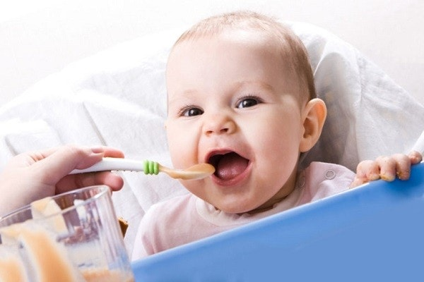 мама кормит ребенка пюре