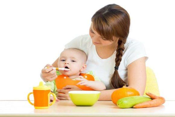 кормят малышку