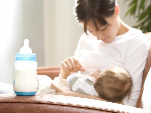 Можно ли смешивать грудное молоко и смесь в одной бутылочке: особенности