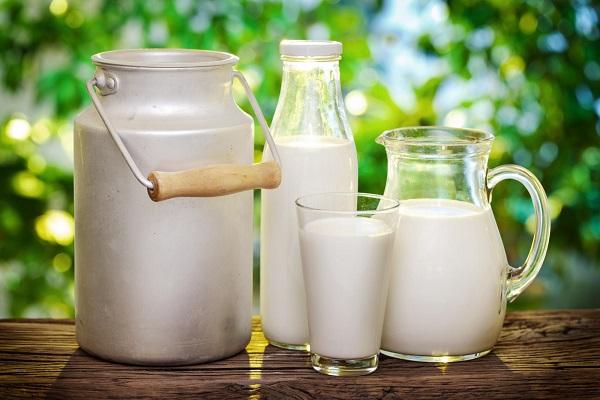 коровье молоко на столе