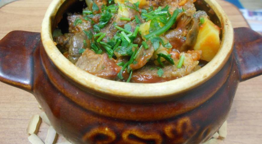 Блюдо из говядины в горшочке
