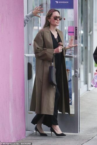 Опять похудела: Анджелину Джоли застукали на прогулке с детьми