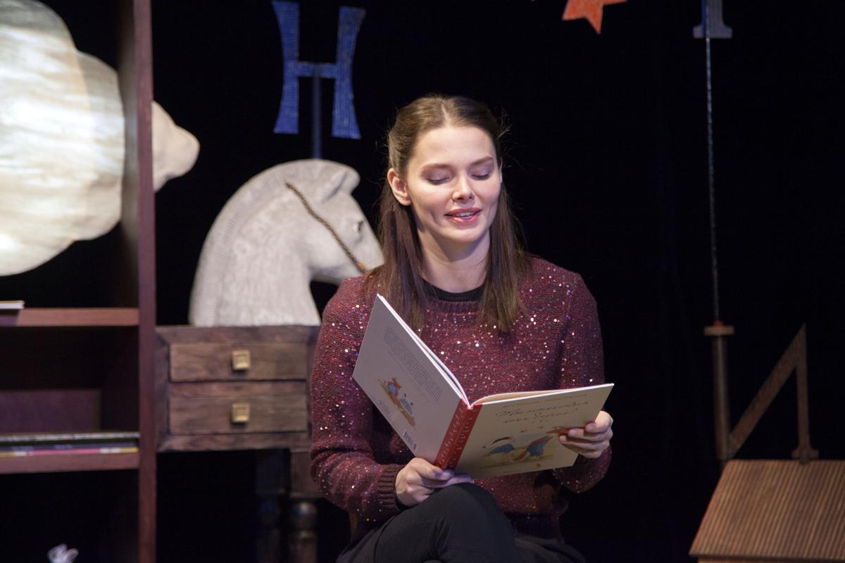 Елизавета Боярская показала поклонникам книжки, которые читает параллельно