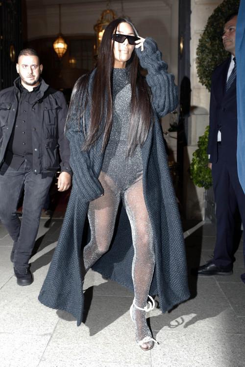 Ким Кардашьян прогулялась в соблазнительном боди по Парижу
