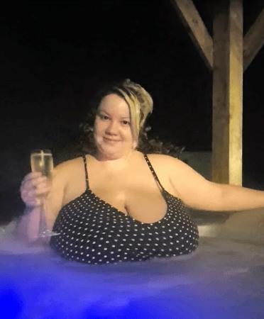 Девушка с 9 размером груди не может остановить рост бюста