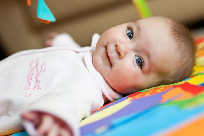 новорожденный закатывает глаза